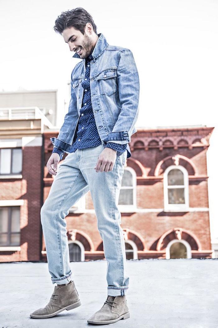 desert boots homme grises en cuir suede avec tenu en jean clair