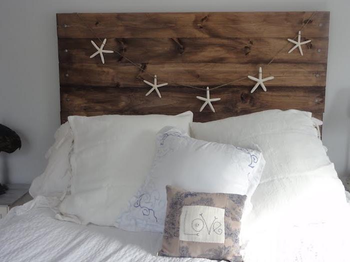 fabriquer une tete de lit en bois, planches marron décorées d étoiles de mer blanches, linge de lit blanc