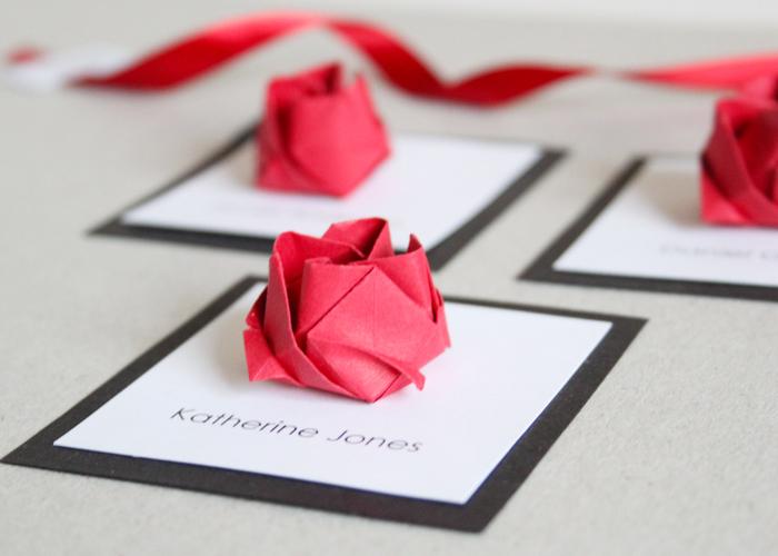 idée pour une déco de mariage en origami facile, idée originale d' un marque-place en forme de rose origami