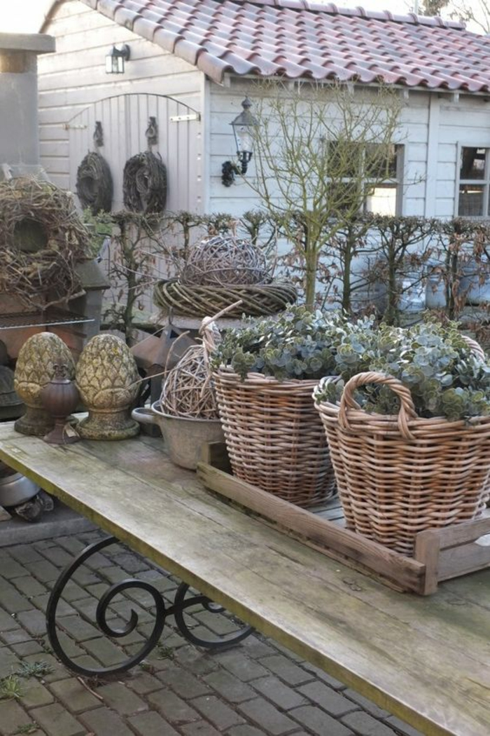 decorer son jardin, amenagement jardin paysager, deco jardin pas cher, table rectangulaire en bois clair et en métal noir, organisation optimale