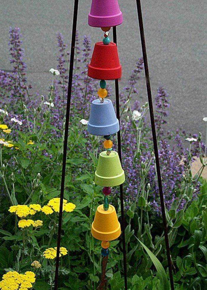 pots en couleurs vives organisés en guirlande, posée sur un statif en métal noir, décorer son jardin avec des objets récupérés, joie et bonne humeur