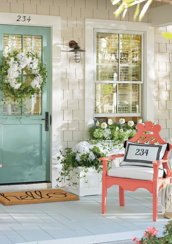 décorer son jardin avec des meubles colorés, porte en couleur vert menthe, véranda avec essuie-pieds au message Salut, ambiance douce et conviviale