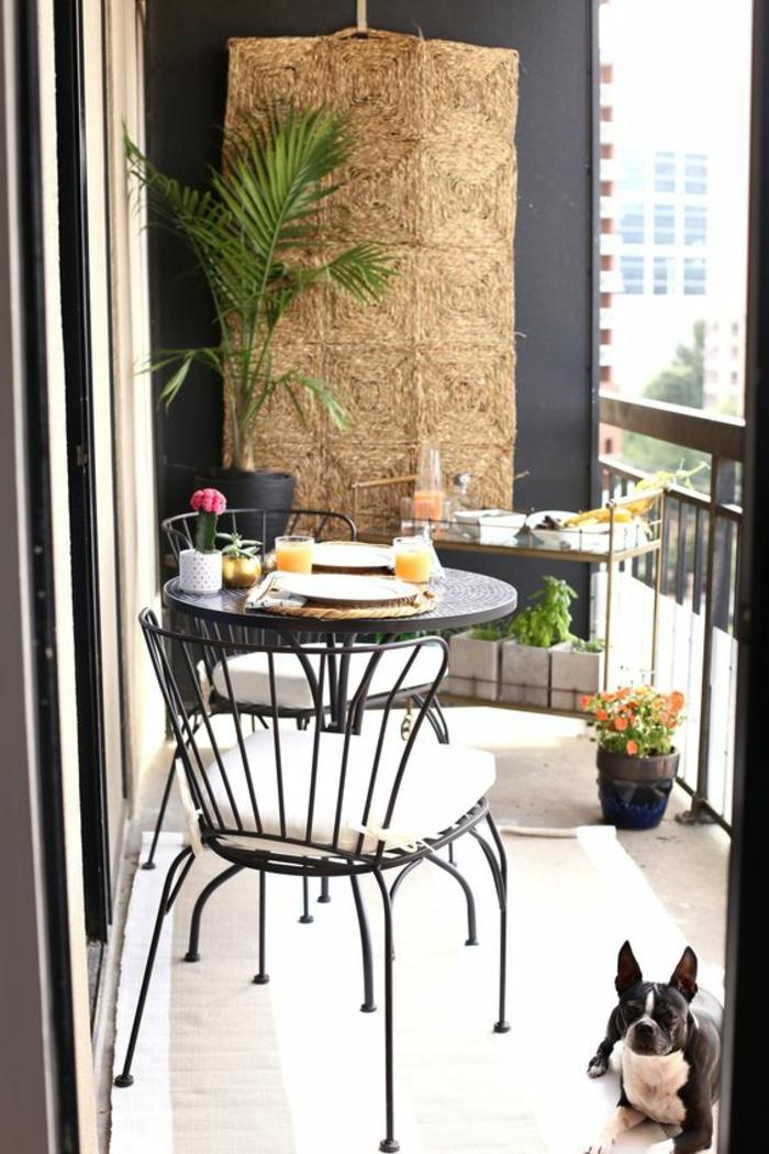 idee deco terrasse, idee amenagement terrasse, meubles en métal noir, palmier dans un angle, mur décoré avec un macramé tressé