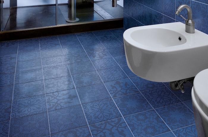 carrelage décoratif graphique bleu comme idee deco salle de bain