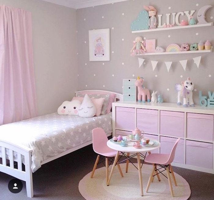 mobilier enfant petite fille avec mur gris et rideaux roses, petite table et chaises avec dinette pour fillette