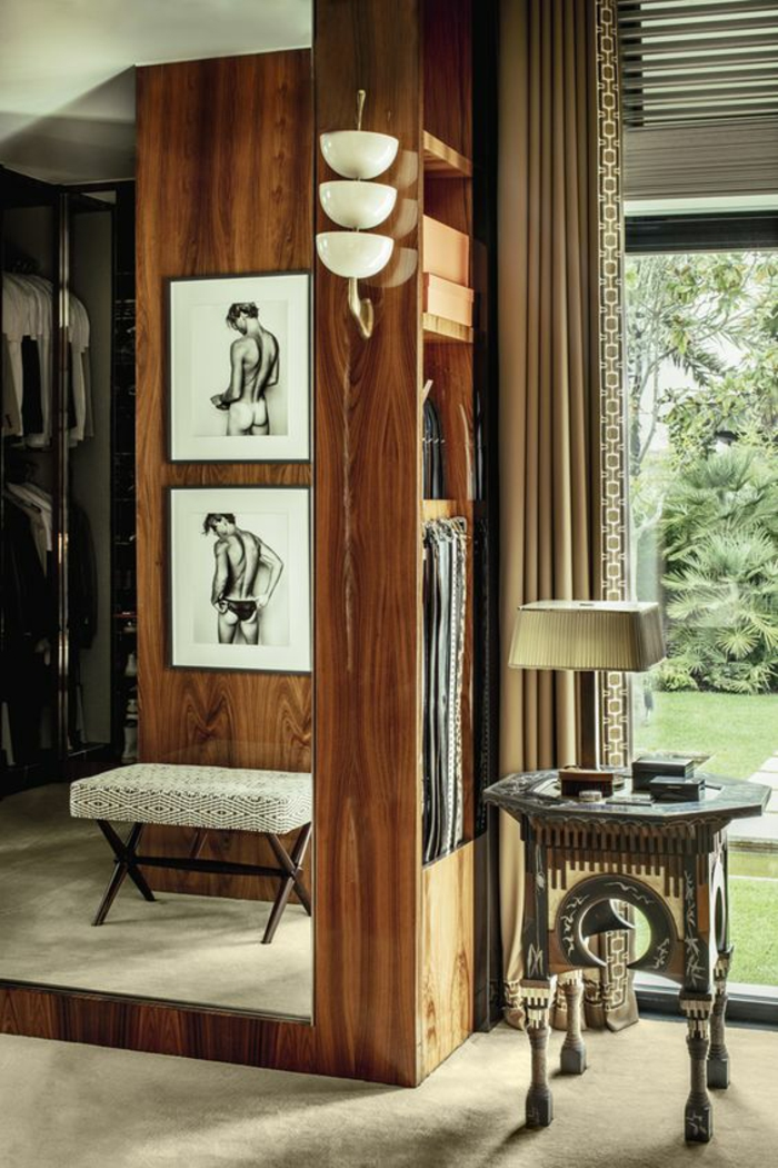 comment habiller un mur en bois et en photos, pièce aménagée avec des meubles chers en style luxueux, tableaux esquisses de corps féminins vus de derrière