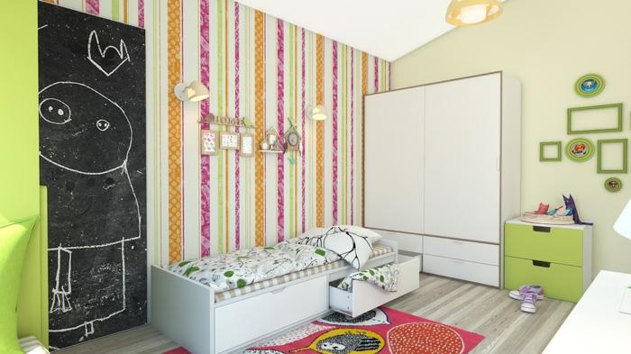 decoration murale design, papier peint aux rayures verticales, sol recouvert de parquet en PVC aux nuances grises, partie de mur en ardoise, tapis en couleur rouge, meuble de rangement en réséda et blanc
