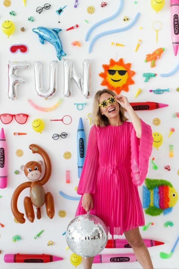 comment habiller un mur pour faire la fête, objets et inscriptions gonflables en couleurs vives te pastels, ambiance qui inspire la joie de vivre, deco murale pour une grande occasion, boule de disco couleur argent