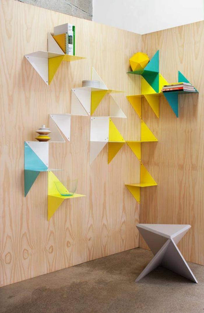 habiller un mur avec des étagères en formes géométriques multicolores, meuble triangulaire en couleur gris clair, carrelage couleur taupe