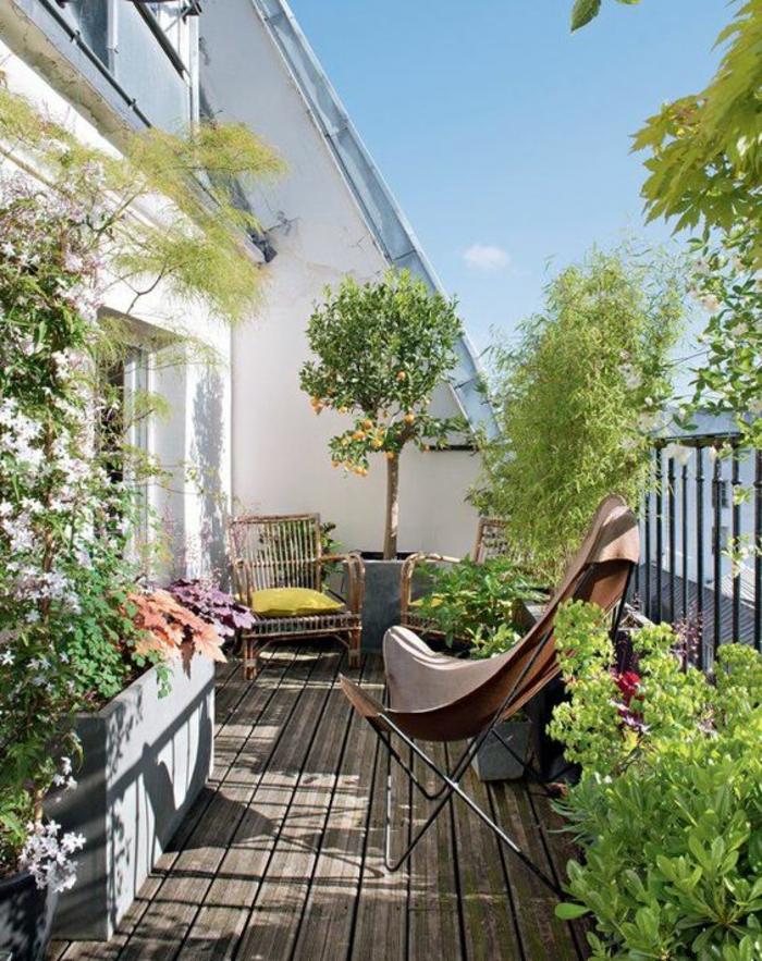 aménagement de balcon fleuri, idee amenagement terrasse, fauteuil en style cowboy en forme triangulaire en simili cuir et métal noir