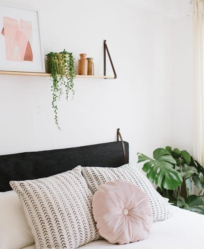 tete de lit a faire soi meme, étagère bois avec déco cadre, plante verte et vases, linge de lit blanc avec coussin rose clair