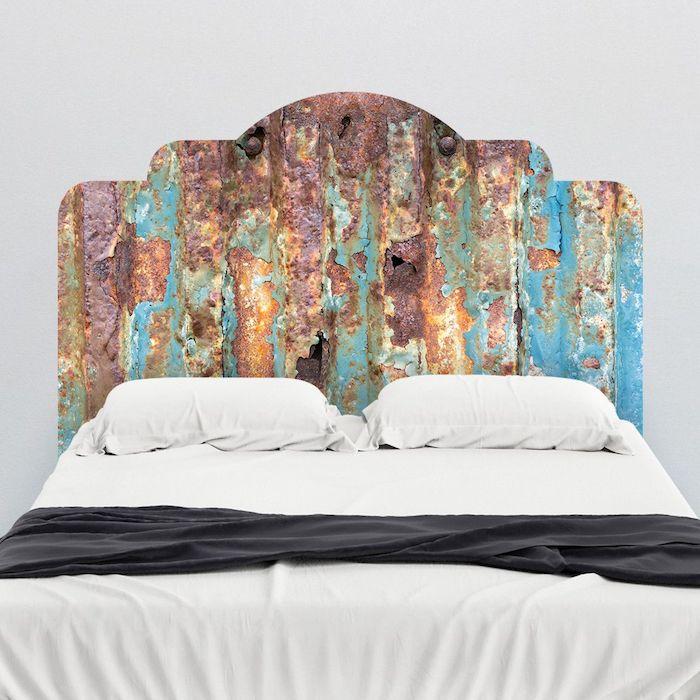 tete de lit originale en panneau rouillé, linge de lit noir et blanc, deco chambre style vintage chic