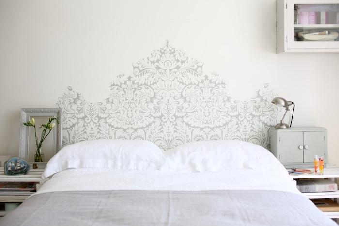 tete de lit design motif pochoir dentelle grise, linge de lit gris et blanc, table de nuit originale recyclée