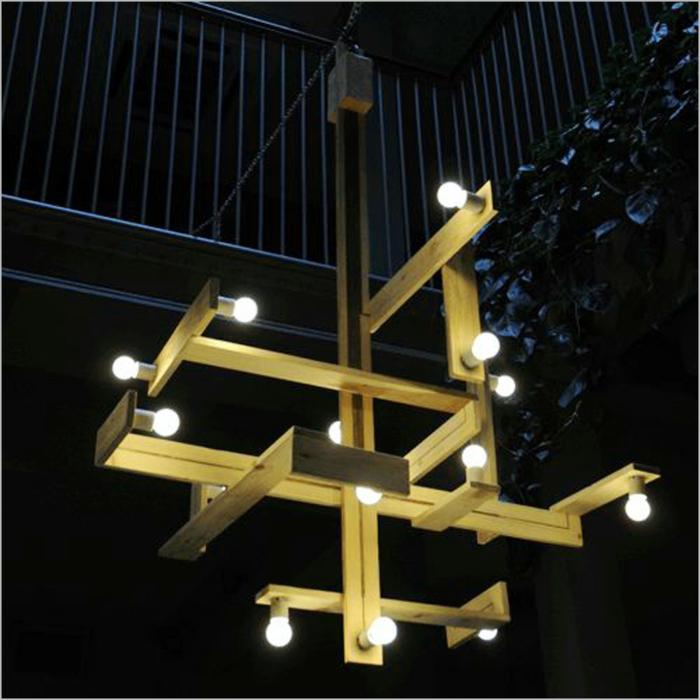 luminaires en bois de palettes avec des ampoules nues, meubles de jardin en palettes, illumination originale pour les soirées, banc en palette