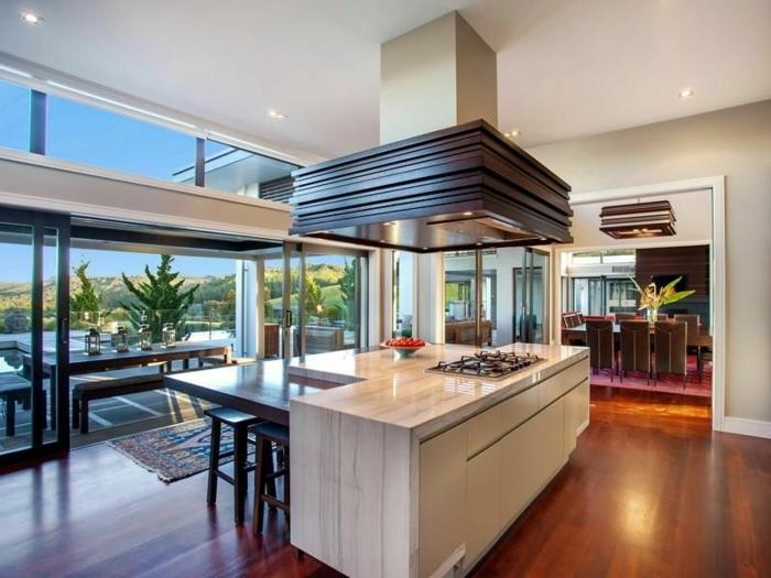 grande cuisine avec îlot central table, hotte de cuisine, vue paradisiaque paysage