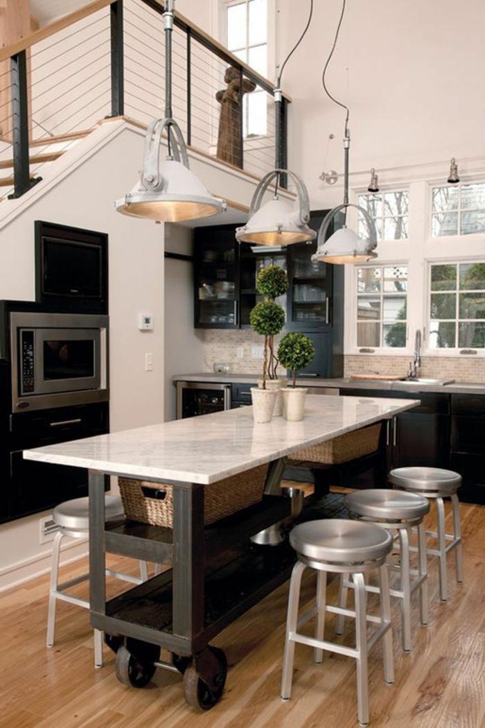 ilot sur roues, intérieur industriel et cuisine ouverte, ilot central table original et tabourets