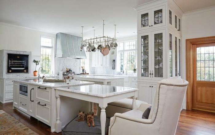 ilot central de cuisine, grand ilot blanc, fauteuil vintage blanc, ilot avec rangement
