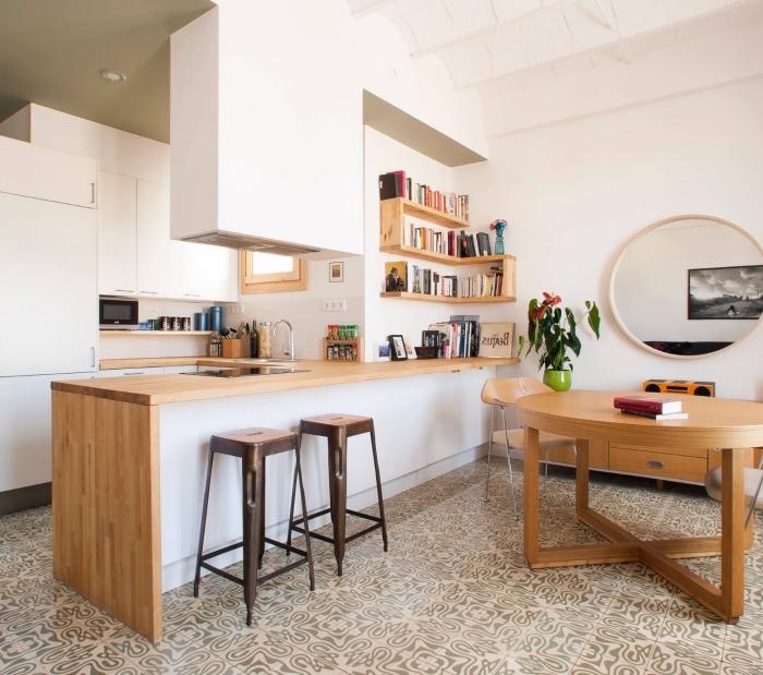 aménagement d'une cuisine blanche plan de travail bois dans le style moderne avec meubles de bois et carrelage en beige et noir