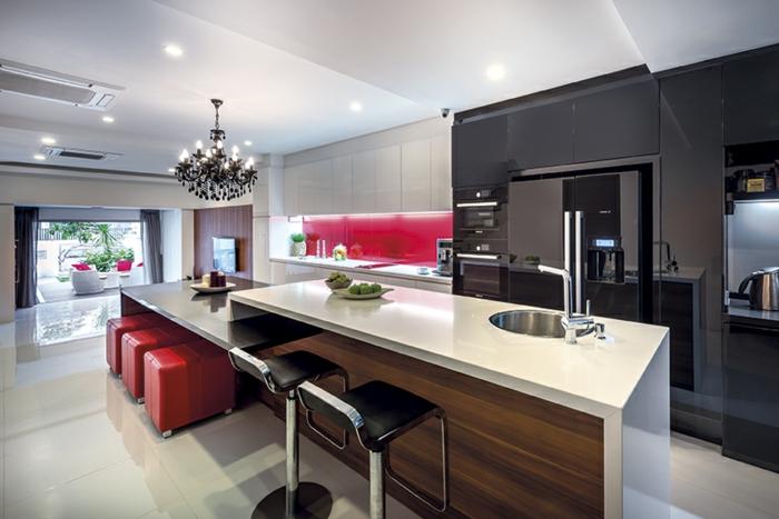 cuisine avec ilot central, ilot et table dans une grande cuisine moderne, tabourets rouges, plafond à niveaux