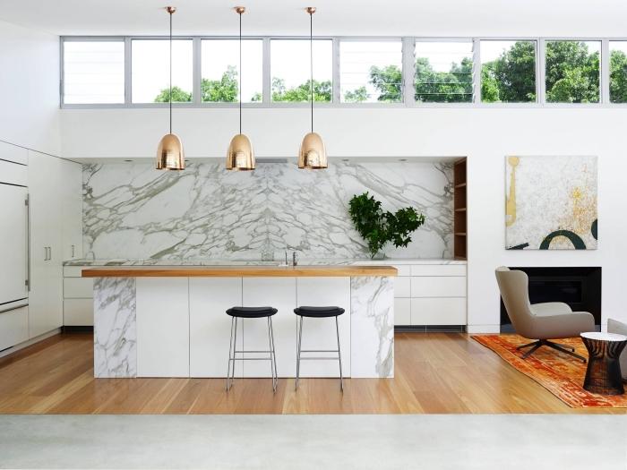 comment intégrer le motif marbre dans une cuisine moderne à finition cuivrée, modèle de cuisine avec ilot central