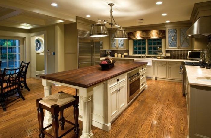 cuisine chaleureuse, plan de travail ilot central, ilot en blanc et bois style vintage, équipement de cuisine en l