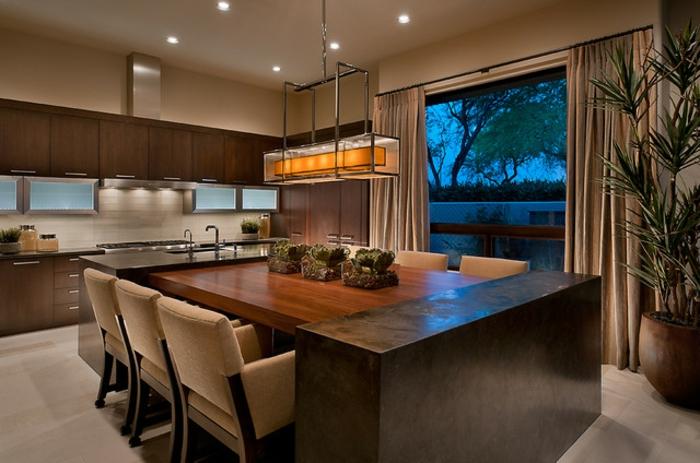 cuidine avec ilot centrale, chaises beiges, ilot de bois et cabinets de bois couleur chaleureux