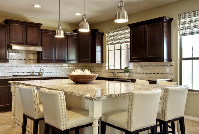 ilot central de cuisine, table ilot carrée, chaises élégantes blanches, lampes industrielles, cabinets en bois