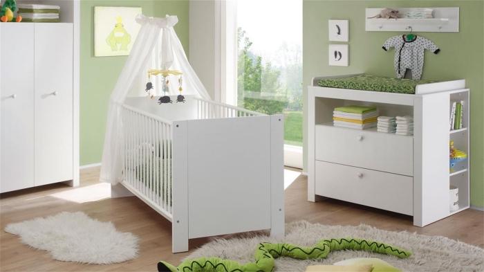 quelle couleur combiner avec le blanc dans une pièce cocooning pour nouveau-né aux murs verts et tapis moelleux blanc