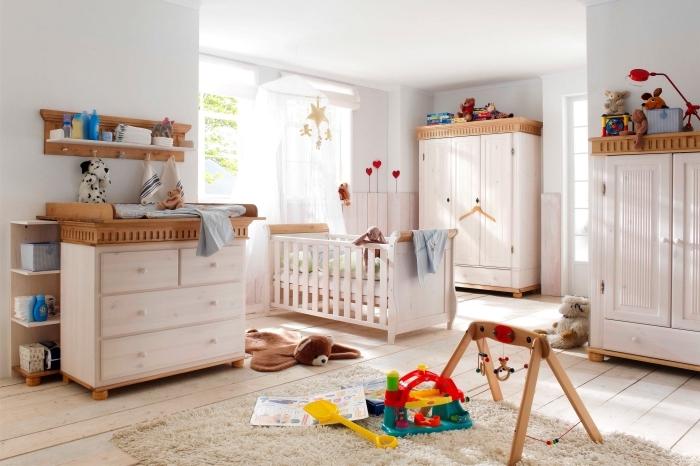 ambiance cozy avec peinture murale blanche et mobilier de design bois clair et foncé, rangement mural avec étagère