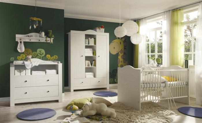 idée déco de chambre nouveau-né avec plancher de bois laqué et grandes fenêtres, mobilier chambre complète pour bébé