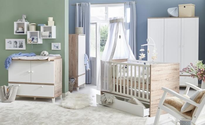 quelle couleur pour les murs dans une chambre bébé mixte, pan de mur en bleu et pan de mur en vert pastel