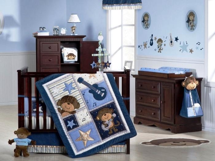 déco de style bicolore en bleu clair et marron foncé dans une pièce enfant avec objets décoratifs à design singe
