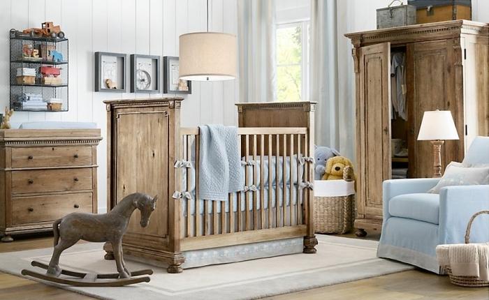 organisation de l'espace dans une pièce nouveau-né aux murs blancs et plancher de bois clair avec meubles de bois massif