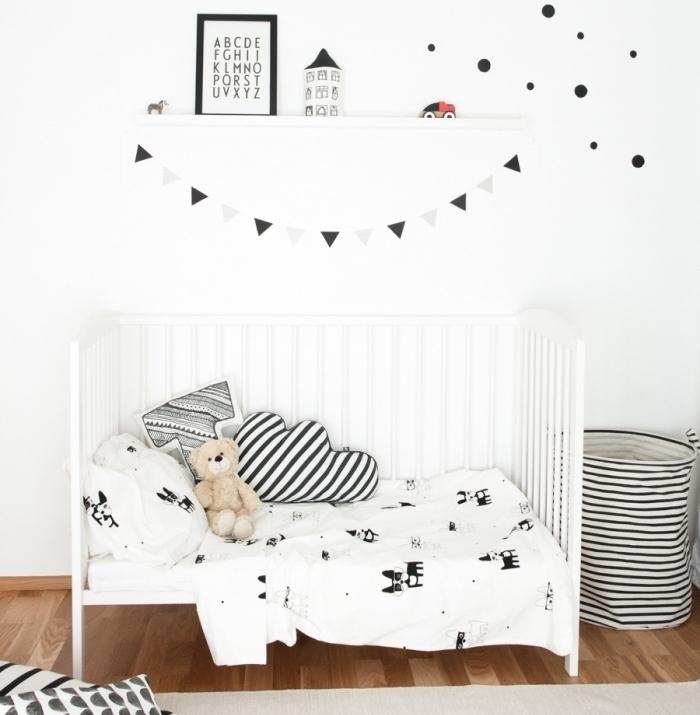 jolie chambre pour garcon aménagée de style minimaliste avec meubles et accessoires en blanc et noir sur plancher de bois foncé