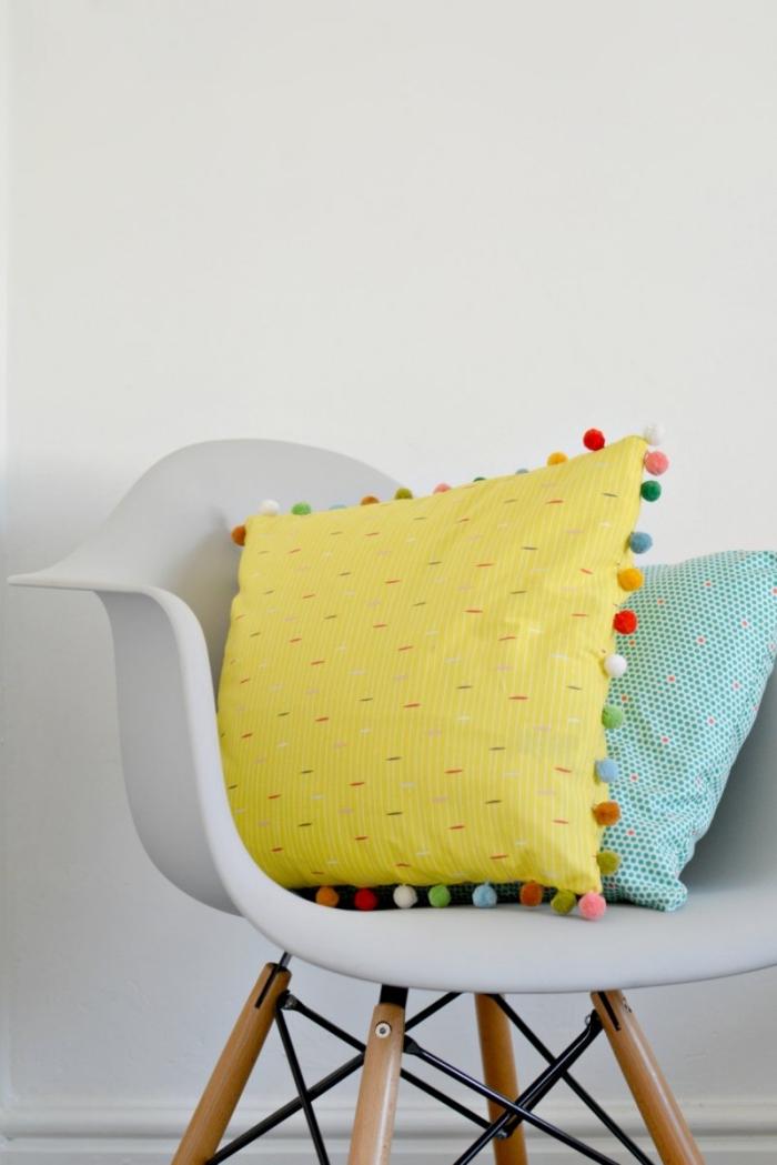 deco a faire soi meme facile, modèle de coussins décoratifs de couleur jaune et turquoise avec déco en mini pompons