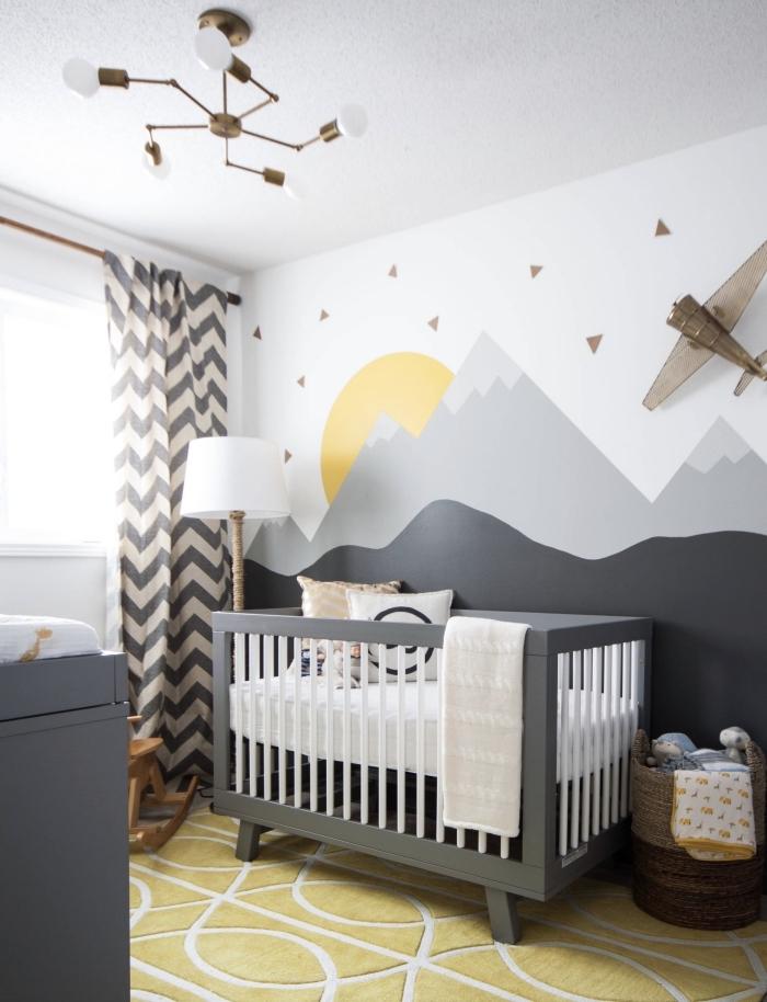 exemple de déco de style scandinave avec murs à dessin montagnes et tapis en jaune moutarde et blanc