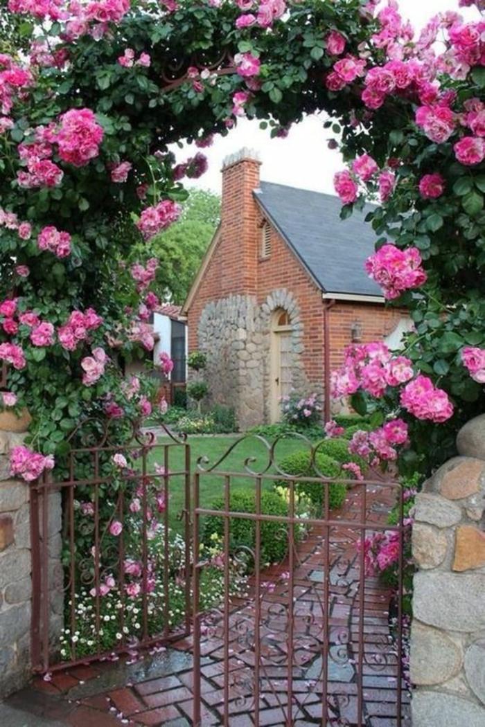 idee amenagement jardin devant maison, amenagement jardin paysager, entrée décorée d'une arche verte en roses rampantes, petite porte en métal style vintage en couleur rose