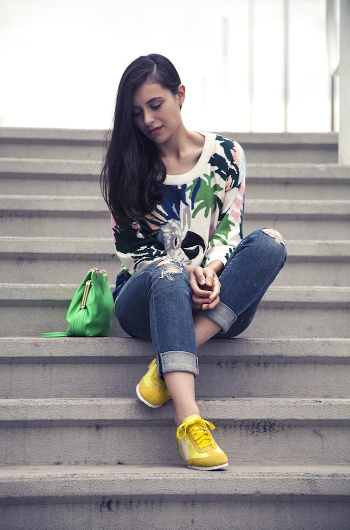 Pantalon mom fit basket avec jean belle idée comment s habiller femme blouse fleurie basket jaune