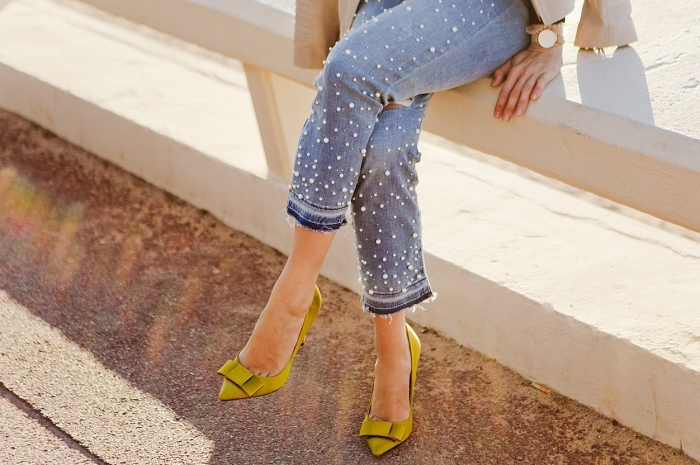 exemple de chaussure mi saison femme de couleur jaune moutarde à petits talons avec jolie déco en forme de ruban