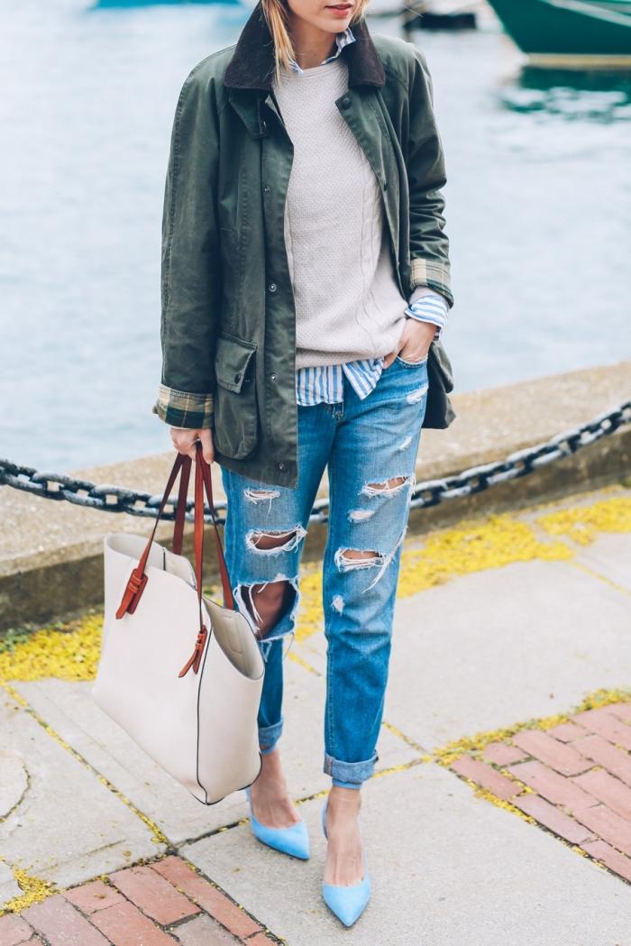 comment porter la veste kaki femme, combiner une paire de jeans déchirés avec une paire de chaussures à talons kitten bleus