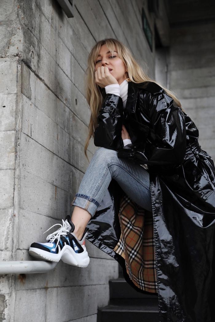 look élégant avec note urbain en jeans combinés avec blouse blanche au-dessus d'un manteau hyper long avec dad sneaker