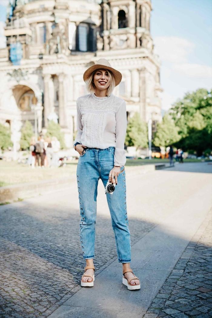 comment bien s'habiller avec une paire de jeans et chemise élégante, combiner une paire de sandales compensée avec capeline beige