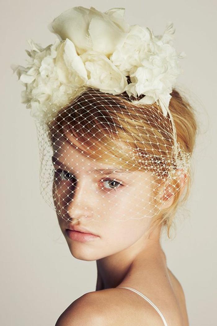 coiffure femme mariage, headband cheveux courts, fine diadème blanche avec des grandes fleurs de tissu dessus, voilette couvrante le visage jusqu'au bout du nez