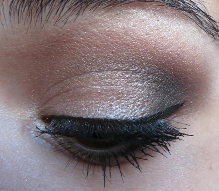 maquillage gris métallique et lilas pale, contour de l'oeil avec un eyeliner noir