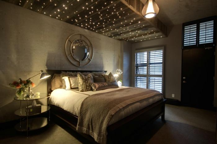 atmosphère romantique dans la chambre à coucher, étoiles artificielles au-dessus du lit