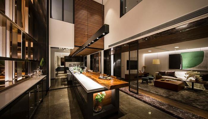 cuisine avec ilot central, ilot en bois et blanc, intérieurs en couleurs sombres