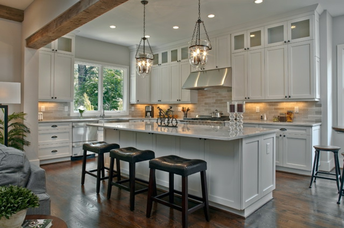cuisine esthétique en blanc, tabourets noirs, cuisine toute blanche, cabinetterie blanche