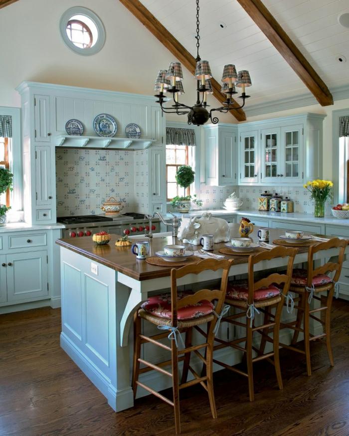 cuisine en l avec ilot, intérieur style shabby chic, chaises vintages, dosseret blanc en carreaux , cabinets vitrés