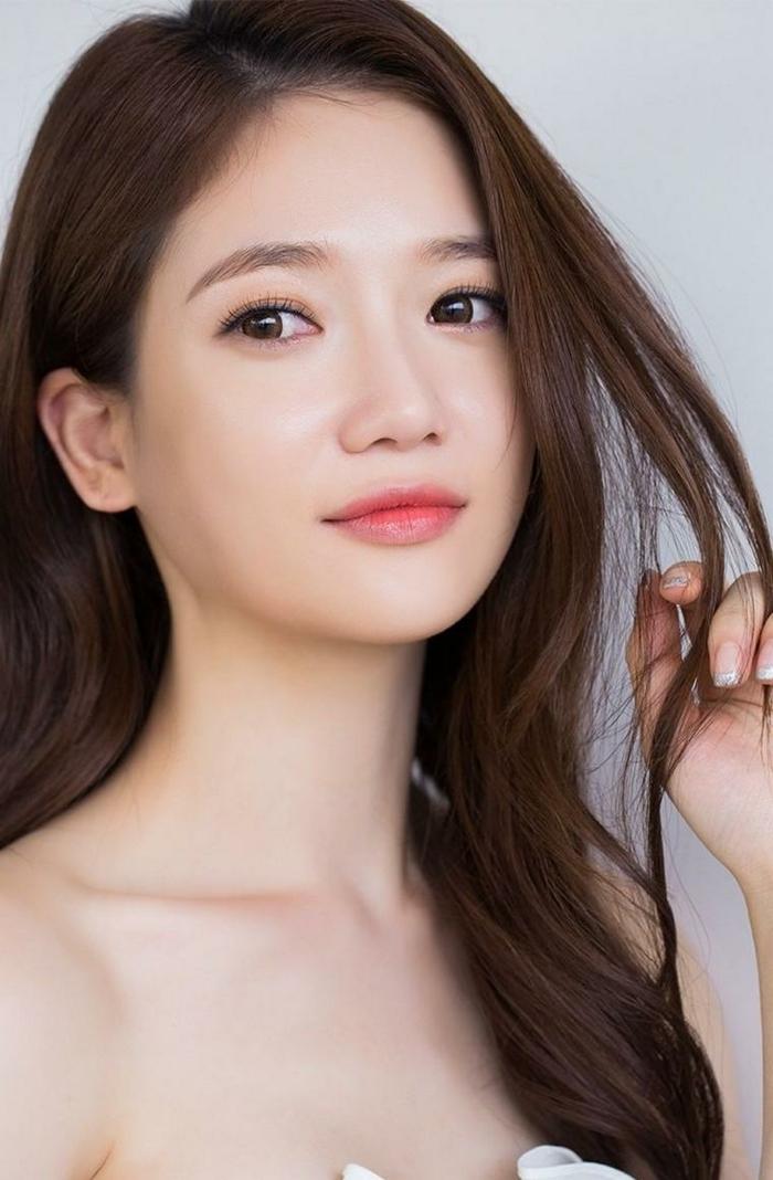 maquillage naturel pour le visage, lèvres légèrement soulignés, maquillage simple