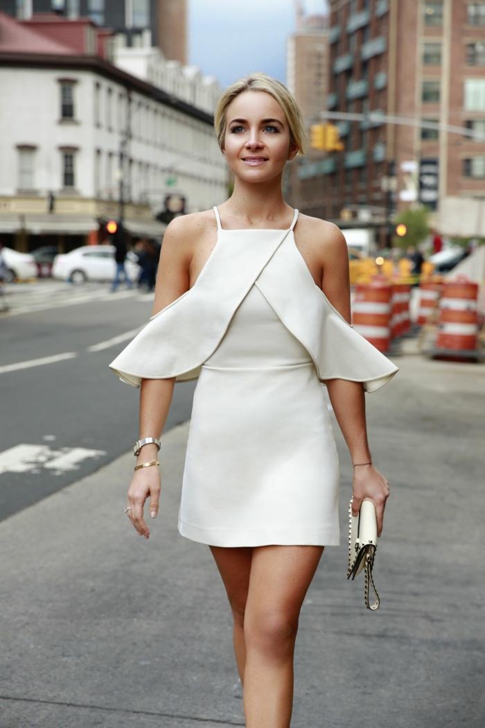 robe de cocktail courte en couleur blanche, robe design super chic avec des accessoires simples